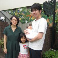 妊娠中は母親教室で他の妊婦さんと交流が出来たり、お灸や和食教室で学んだことを取り入れて過ごすことができました。 妊娠後期に早産の危険のため入院することになりましたが、何とか37週を迎え豊倉助産院でお産をすることが出来ました。 いつ本格的な陣痛が来るかとハラハラしましたが無事に助産院まで間に合いました。夏休み中だった長女にも立ち会ってもらえたことが嬉しかったです。 三姉妹、お姉ちゃんたちと一緒に楽しく健やかにみんなで成長していってほしいです。